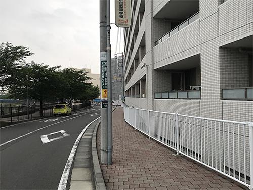 ⑥100m先のマンション敷地終わりまで歩道を進み、右に曲がります