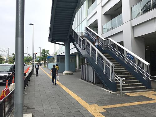 ③戸塚区役所を右手に見ながら、まっすぐ歩きます