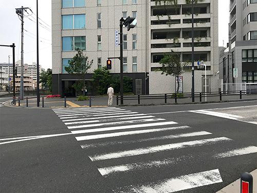 ④横断歩道を渡り、右に曲がります