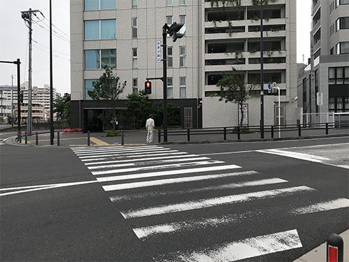 ④交差点を渡ります