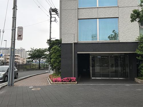 ⑤マンション左脇の歩道を進みます