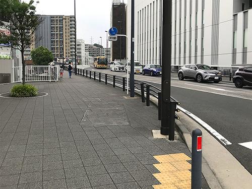 ⑤右に曲がり、50m先左手の階段まで歩きます
